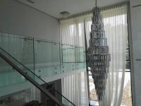 Balustrada din sticla securizata si laminata 8.2.8 (17.52mm grosime totala), cu mana curenta din inox de 60x20mm.