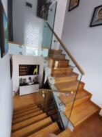 Balustrada sticla prindere laterala pe zona scarii.