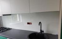 Placare perete bucatarie cu sticla colorata si securizata de 6mm
