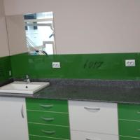 Placare perete  cu sticla colorata si securizata de 6mm